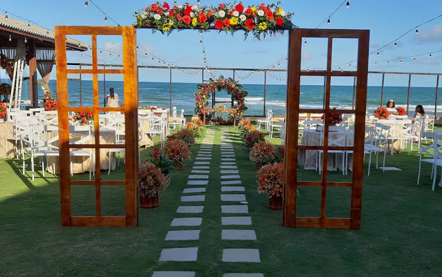 20 Romantic Beach Wedding Decor Idea Will Fascinate You-Aliens tips The most romantic and wonderful wedding ceremony is on the beach. You can enjoy terrific sunset & listen to the sound of the sea or ocean. Beach weddings don't need many decorations, therefore you can make diy decorations. We propose decor ideas for guests book, centerpieces, beach signs, arches, and aisles. Create beach centerpieces with shells, pearls, flowers, and floating candles. Aisle and arch can be decorated with starfish, flowers, drapes, and driftwood. Enjoy fabulous beach wedding ideas! Aliens tips Beach wedding is for sure the most romantic with all the aesthetic decorations of mother nature and nautical will be pretty enchanting. speaking, planning a wedding will be truly tiring but a beach wedding will make everything more relaxing. You can really have a chance to enjoy yourself without wearing uncomfortable high-heeled wedding shoes. All you need is a pair of sandals and your guests will be more entertained. We've gathered some brilliant beach wedding ideas that are so thrilling. Aliens tips